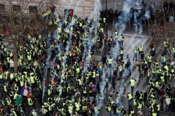 مباشر: صدامات وإطلاق الغاز المسيل للدموع وسط باريس في مظاهرات جديدة «للسترات الصفراء»
