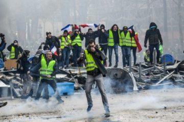 صدامات وإطلاق غاز مسيل للدموع في احتجاجات «السترات الصفراء»