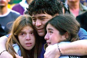 وفاة مارادونا توحّد أكثر ناديين عداوة في تاريخ الكرة