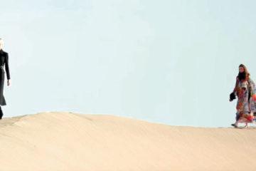 عارضات «سان لوران» في الصحراء.. بالفستان والكعب العالي
