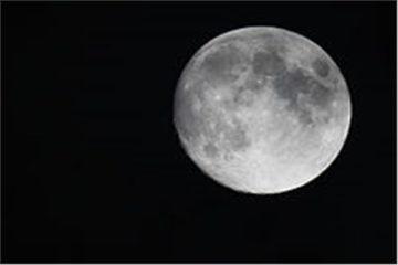يبلغ لمعانه بنسبة 100%.. اكتمال بدر القمر 30 ديسمبر