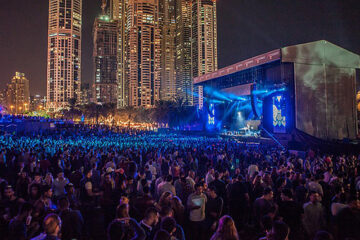 ديفيد جيتا يقدم عرضا افتراضيا من مهبط طائرات برج العرب في دبي