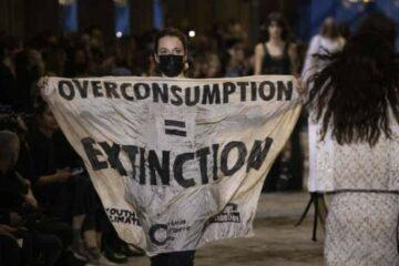 احتجاجات نشطاء تخترق عرض لويس فويتون خلال أسبوع الموضة في باريس